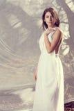 Fille sensuelle dans la robe blanche Photo stock