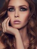 Fille sensuelle de beauté avec le maquillage photos stock