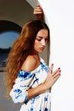 Fille sensuelle de marche de beauté photo stock