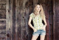 Fille sensuelle de mode au mur en bois Photo stock