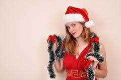 Fille sensuelle de Noël avec un grand présent de coeur, dans le costume de Santa Image stock