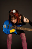 Fille sensuelle de roche avec la guitare basse Photo libre de droits