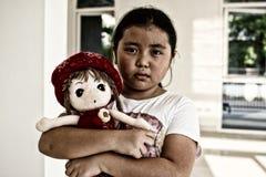 Fille seule asiatique avec le geste triste de poupée Intimidation et isolement Photo libre de droits