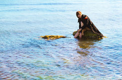 Fille seule en mer Images stock