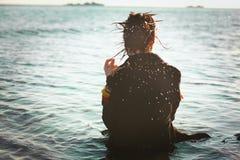 Fille seule en mer Image stock