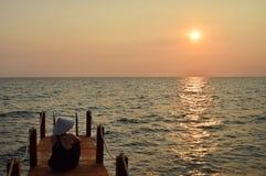 Fille seule observant le coucher du soleil au Vietnam photographie stock