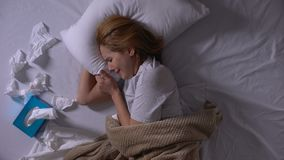 Fille seule pleurant dans son lit, beaucoup de tissus se trouvant ? cot?, d?pression, dessus-vue banque de vidéos
