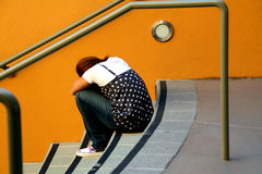 Fille seule sur des escaliers Photo libre de droits