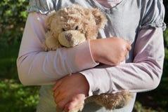 Fille seule tenant un ours de nounours en tant que son meilleur ami Photographie stock libre de droits