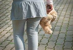 Fille seule tenant un ours de nounours en tant que son meilleur ami Photo libre de droits
