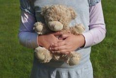 Fille seule tenant un ours de nounours en tant que son meilleur ami Images stock