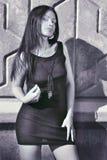 Fille sexuelle de cheveu noir dans la robe noire Photos libres de droits