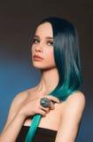 Fille sexy avec de longs cheveux bleus images stock