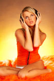 Fille sexy avec des écouteurs image libre de droits