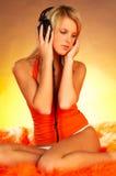 Fille sexy avec des écouteurs Image stock