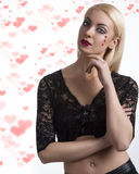 Fille sexy avec la décoration en forme de coeur et main près du visage Photographie stock libre de droits