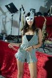 Fille sexy avec le masque blanc de carnaval photos stock