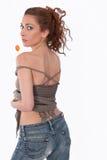 Fille sexy avec un surgeon dans des jeans avec le tatouage. Photos libres de droits