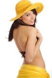 Fille dans le chapeau et le bikini jaunes Photos libres de droits