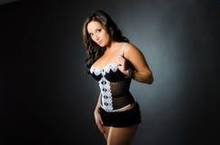 Fille sexy dans le modèle noir de sous-vêtements de mode de boudoir de lingerie Photographie stock