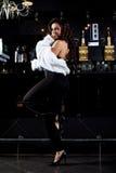 Fille sexy dans le rétro stand de manteau de fourrure près du bar Photo libre de droits