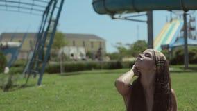 Fille sexy dans un bikini blanc se trouvant sur l'herbe banque de vidéos