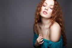 Fille sexy de beauté modèle rouge de gingembre de cheveux photo libre de droits
