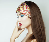 Fille sexy de beauté avec les lèvres et les clous rouges Provocateur composez Femme de luxe avec des yeux bleus Portrait de brune Image stock
