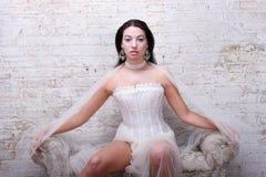 Fille de brunette s'usant le cor alternatif de mariage Images stock