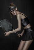 Fille de joueur de tennis dans des vêtements en cuir noirs Photographie stock