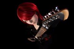 Fille sexy de roche avec la guitare, vue courbe Image libre de droits