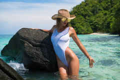 Fille sexy en plage tropicale de paradis Photographie stock