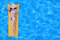 Fille sexy flottant sur un matelas Image stock