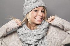 Fille sexy joyeuse de l'hiver 20s exprimant la joie avec le faux sourire Photographie stock libre de droits
