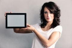 Fille sexy montrant l'espace de copie sur le touchpad de comprimé Photos stock