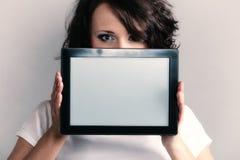 Fille sexy montrant l'espace de copie sur le touchpad de comprimé Images stock