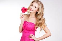 Fille sexy portant la robe rose avec la sucrerie Image libre de droits