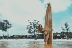 Fille sexy se tenant dans l'eau avec le panneau de palette images stock