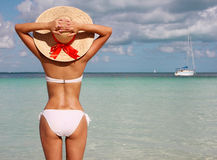 Fille sur la plage tropicale. Belle jeune femme avec le chapeau du soleil Images stock