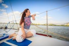 Fille sexy sur le yacht de plate-forme Photo stock