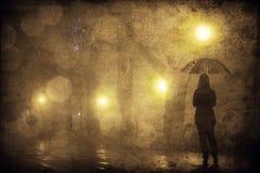 Fille simple avec le parapluie à l'allée de nuit. Image stock