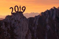 Fille solitaire se tenant sur la falaise et inquiétée pour 2019 Photo stock
