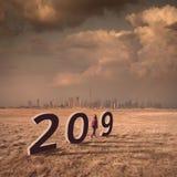 Fille solitaire trimardant à la ville futuriste vers 2019 Images stock