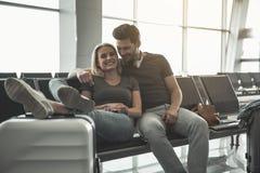 Fille sortante de embrassement de lancement de mâle dans l'aéroport Photo libre de droits
