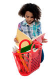 Fille soucieuse d'école lisant un livre Image libre de droits