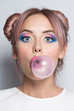 Fille soufflant le grand bubble-gum Photographie stock