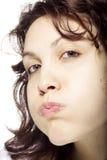 Fille soufflant ses joues photographie stock libre de droits