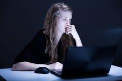 Fille souffrant de l'agression électronique images libres de droits