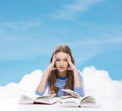 Fille soumise à une contrainte d'étudiant avec des livres Images stock