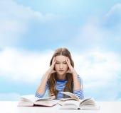 Fille soumise à une contrainte d'étudiant avec des livres Photographie stock